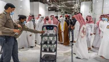 السعودية تستعين الروبوت الذكي لتوزيع مياه زمزم على الحجاج